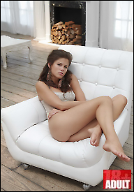 Caprice i bijela fotelja (HQ)