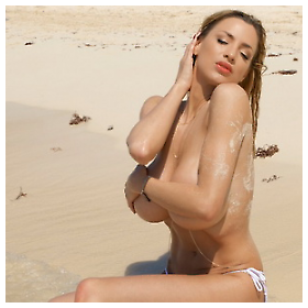 Jordan Carver pozira na plaži