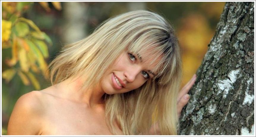 Natalia gola u šumi