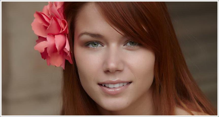 Crvenokosa djevojka i bačve