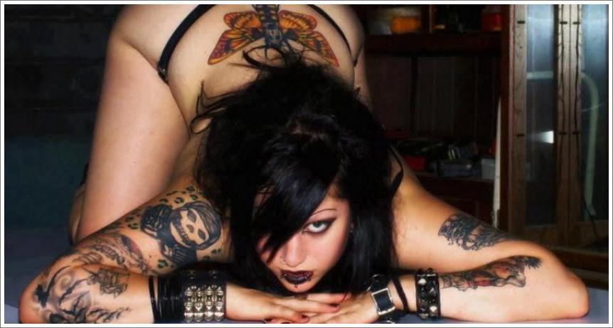 Gole tetovirane djevojke