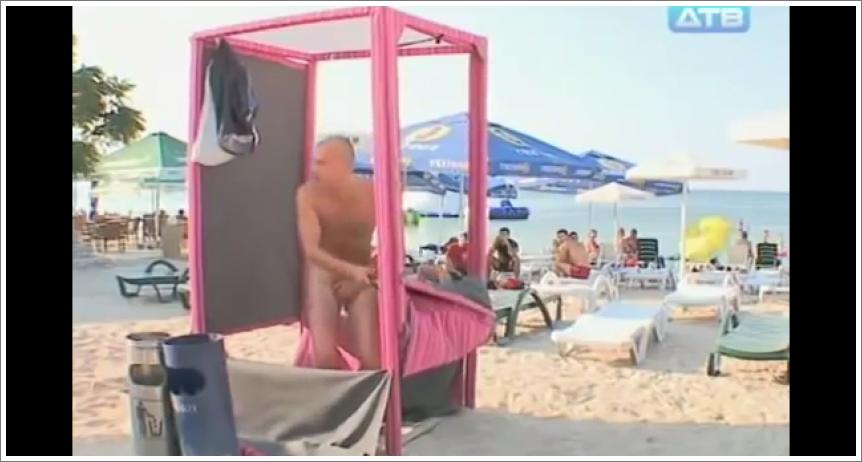 Sramežlivi muškarci u kabini na plaži
