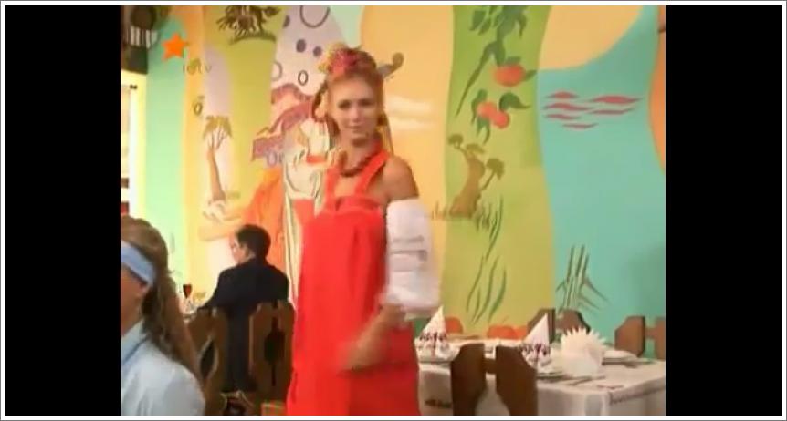 Gola konobarica u etno restoranu