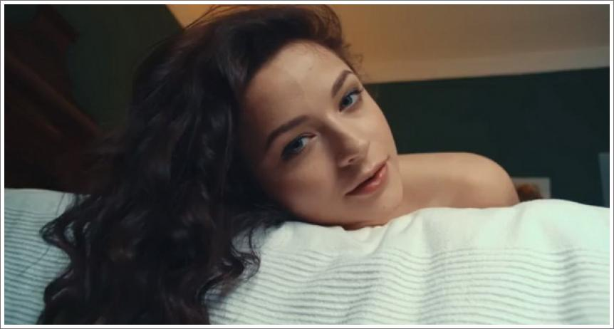 Elegantna Ardelia na krevetu se svojim lijepim sisama i zadivljujućom guzom