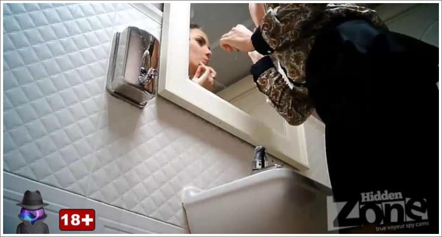 Nikako da je otrese dok piški u toaletu