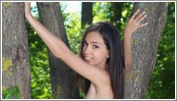 Sramežljiva djevojka u šumi