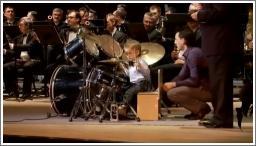3-godišnji bubnjar i orkestar