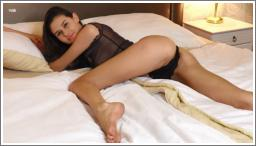 Slatki anđeo Cristin erotski pozira na krevetu